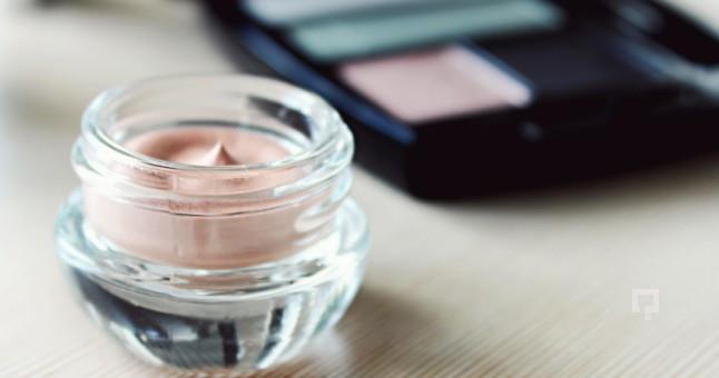 Far Seçimi   Makyajınıza uygun renkteki krem farı parmaklarınız ya da bir fırça yardımıyla uygulayarak göz kapaklarınızı renklendirin.