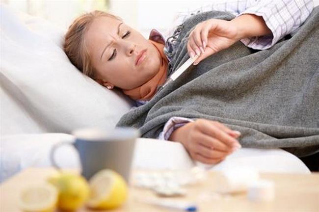 Basit bir hastalık sanılıyor, aslında…    Özellikle mevsim geçişlerinde ve soğuk kış aylarında kapalı mekanlarda daha fazla zaman geçirilmesine bağlı olarak görülme sıklığı oldukça artış gösteren grip, yaşam kalitesini düşüren bir hastalık. Üstelik genellikle soğuk algınlığı ile karıştırılan ve birçok insanın hafif ve geçici bir hastalık olarak gördüğü için hekime bile başvurma ihtiyacı hissetmediği grip, özellikle çocuklarda, kronik hastalığı olanlarda ve yaşlılarda önemli komplikasyonlara da yol açabiliyor. Bu nedenle gripten korunmak ya da hastalık geliştiğinde zamanında hekime başvurmak çok önemli. Ancak toplumda yayılan kulaktan dolma bilgiler gripten yeterince korunmamızı önlüyor.    Acıbadem Taksim Hastanesi Enfeksiyon Hastalıkları Uzmanı Dr. Sezen Özkök grip hakkında doğru sandığımız yanlışları anlattı.