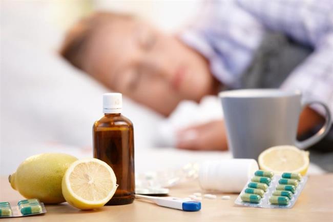 10.Yanlış: Grip olduğumda antibiyotik fayda sağlar.     Doğrusu:  Hem grip hem de soğuk algınlığı tedavisinde antibiyotik etkili olmuyor. Ancak sinüzit, zatürree ya da kulak iltihabı gibi komplikasyon gelişmesi halinde antibiyotik doktor kontrolünde veriliyor. Gripten iyileşmenin yolu, bol sıvı alımı ve dinlenmeden geçiyor. Ayrıca doktor kontrolünde alınan ateş düşürücü ya da antiviral ilaçlar da kullanılabiliyor.