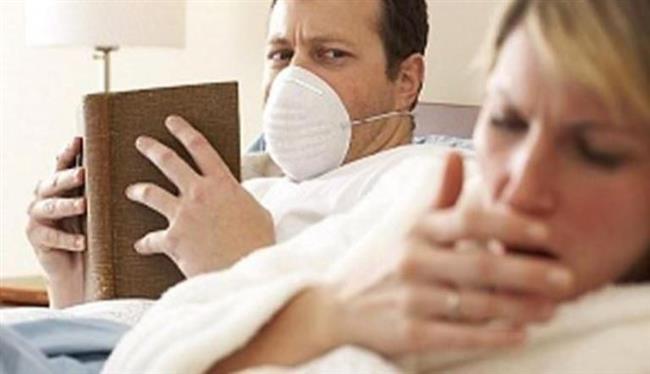 """5.Yanlış: Maske taktığımda gripten korunurum.    Doğrusu:  Grip virüsü havadaki damlacıkların yanı sıra ellerimizle temas yoluyla da bulaşabiliyor. Dolayısıyla hastanın kullandığı telefon, mouse ve kapı kolları gibi ortak kullanılan eşyalarla ya da tokalaşmayla kişilerin birbirlerine temas etmeleri sonucu hastalık bulaşabiliyor. Bu nedenle hasta kişilerin bu dönemde sık sık ellerini yıkamaları ayrıca önem taşıyor.   <a href=  http://mahmure.hurriyet.com.tr/foto/saglik/hizli-iyilesmenin-puf-noktalari_41170  style=""""color:red; font:bold 11pt arial; text-decoration:none;""""  target=""""_blank"""">  Hızlı İyileşmenin Püf Noktaları İçin Tıklayın!"""