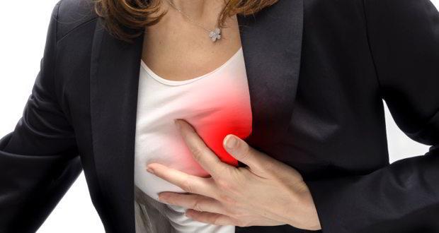 """Kalp Damar Hastalıklarına Karşı Koruyor  Sağlıklı kişilerde turşu tüketimi kalp damar hastalıklarına karşı koruyor. Beslenme ve Diyet Uzmanı Müge Güzey Akansel """"Turşu birçok yararlı bakteri barındırıyor ve bu bakteriler bağırsak florasını düzenliyor. Bağırsak florasındaki probiyotik bakterilerin yoğunluğunun ve çeşidinin artması kalp damar hastalıklarına karşı koruyor. Turşunun kalp-damar hastalıklarından koruyucu olan diğer bir rolü ise yüksek antioksidan ve vitamin-mineral içeriği ile damar sağlığını koruma özelliğine sahip olması. Ancak bu koruyuculuk sağlıklı bireyler için geçerli!"""" diyor ve haftada 2-3 gün el ayası kadar turşunun yenilebileceğini ekliyor. Turşunun içerdiği yüksek sodyum oranının; tansiyon, diyabet, böbrek ve mide hastalığı olanlar için turşuyu temkinli yaklaşılması gereken bir besin yaptığını vurgulayan Müge Güzey Akansel, """"Bu hastalıkları olan kişiler mutlaka hekim ve diyetisyenlerine danışarak turşu tüketimini kontrollü bir şekilde tüketmeli ya da hastalık düzeylerine göre hiç tüketmemeliler"""" uyarısında bulunuyor."""