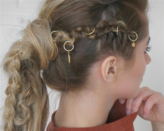 Geçtiğimiz aylarda hayatımıza yepyeni bir trend olarak giren saç piercingi, saç küpesi olarak da adlandırılıyor. Altın, gümüş ve rose gold renklerde bulunan saç yüzükleri kullanılarak yaptığınız saç modellerine renk katabilirsiniz.
