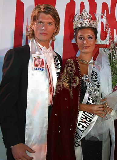 Kıvanç Tatlıtuğ, şöhret basamaklarına Best Model yarışmasıyla adım atmış. Daha sonra Gümüş dizisiyle de geniş kitlelere ulaşmıştı.