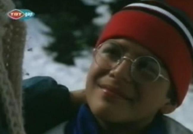 Mehmet Günsür  Geçmiş Bahar Mimozaları bir dönem ekranın ilgiyle izlenen dizilerinden biriydi. Bu dizide de o dönemde 13 yaşında olan bir çocuk rol alıyordu.