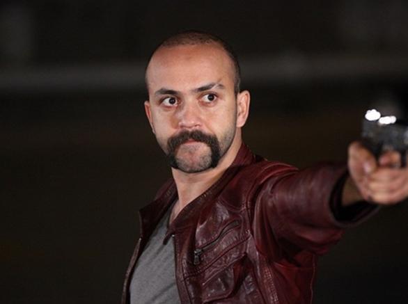 Ezel'deki Tefo rolüyle hafızalara kazınan Akkaya en son Suskunlar dizisinde oynadı.