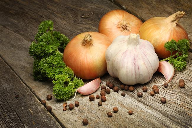 Sarımsak ve Soğan  Binlerce yıldır birçok tıbbi amaçla kullanılagelen mucizevi besin sarımsağın bakteri, mantar ve virüsleri yok etme kapasitesi 19. Yüzyılda Louis Pasteur'ün araştırmalarıyla da doğrulanmış. Özellikle çiğ tüketildiğinde içeriğindeki sülfürlü bileşikler sayesinde bağışıklık sistemini güçlendiren, kansere karşı koruyan sarımsak hücre onarımını kolaylaştırıyor ayrıca helikobakter pilori gibi bazı bakterilerin çoğalmasını önlüyor.   Ancak aşırı tüketimi vücutta kanamalara yol açabiliyor. Kokusundan dolayı pek çok kişinin tüketiminden kaçındığı sarımsağa her gün iki diş sofrada yer vermek çok faydalı. Aynı aileden olan soğan da hücre hasarına karşı koruyan ve bağışıklığı kuvvetlendiren çok güçlü bir antioksidan.