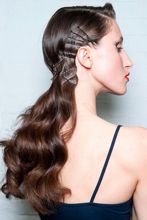 Dalgalı Saçlar  Yapması biraz zor ama etkisi tüm herkes üzerinde oldukça yüksek olan dalgalı saçları tel tokalamak özel davetlerde bile şıklık yarışında sizi bir numaraya yükseltecektir.