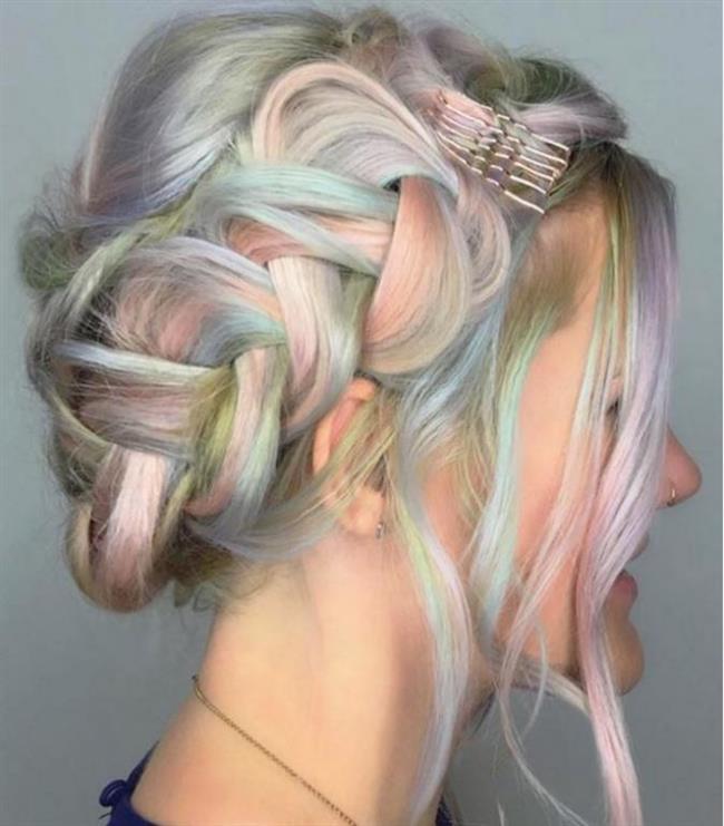 Renkli Saçlar  Renkli,enerjik ve cool bir görüntü elde edebilmek için tel tokalarla basit dokunuşlar yapmanız yeterli.Cesaret isteyen renkli saçlara birde tel tokalarla bir model verdiğinizde elde ettiğiniz sonuç sizi oldukça mutlu edecektir.
