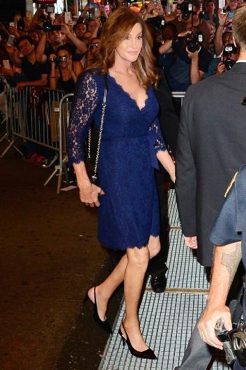 Adını da Caithlyn olarak değiştiren Jenner bu süreçte 60 bin dolar harcadı. Bütün bedeni cerrahların elinden geçen Jenner'ın en ciddi operasyonu ise 10 saat sürdü. Bu kadar süre yüzünün erkeksi görüntüsünün yumuşutılıp feminen bir hale dönüştürülmesi için harcandı.
