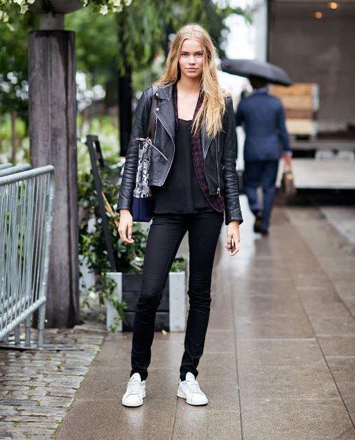 Spor Ayakkabı  Daha rahat ve spor kombinler yapıp, streç bir skinny jeans tercih ettiğinizde gösterişli, farklı ya da trend bir spor ayakkabı ile kombini tamamlayabilirsiniz. Böylece üzerine giyeceğiniz bluzun şıklığına bağlı olarak spor şık bir stile sahip olabilirsiniz.
