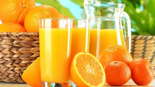Portakal Suyu:   • Taze sıkılmış portakal suyu içerisinde tırnaklarınızı 10 dakika bekletin. • Ilık suyla ellerinizi ve tırnaklarınızı durulayın ve havluyla yumuşak dokunuşlar yaparak kurulayın. • İstediğiniz uzunluğu elde edene kadar bu uygulamayı yapmaya günlük olarak devam edin.