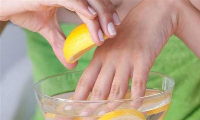 Limon Suyu   • Limon sarı tırnakları tedavi eder ve tırnakların parlamasını sağlar. • 1 yemek kaşığı limon suyu ve 3 yemek kaşığı zeytin yağını karıştırın. • Karışımı hafifçe ısıtın ve tırnaklarınızı 10 dakika bu karışımda bekletin. Bu yöntemi günlük uygulayabilirsiniz. • Ayrıca limonu dilimleyerek limon dilimleri ile tırnaklarınızı ve tırnak derilerinizi ovabilirsiniz.   • Ardından ılık suyla durulayın. • Bu yöntemi de günlük uygulayarak tırnaklarınızın daha hızlı uzamasını sağlayabilirsiniz.   En Güzel 24 French Manikür Örneği İçin Tıklayın!
