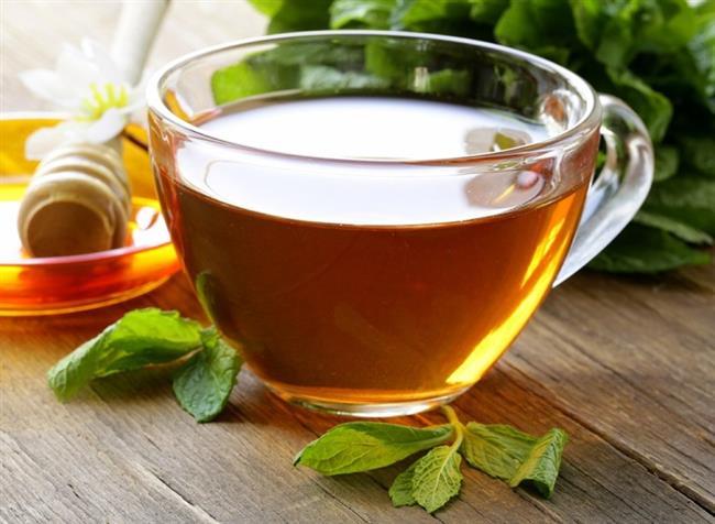 Kırk Kilit Otu:   • 3/4 çay kaşığı kurutulmuş kırk kilit otunu 2 bardak kaynar su içine ekleyin. • Ağzını kapatarak 10-15 dakika demlenmeye bırakın. • Süzerek soğumaya bırakın. • Geriye kalan suda tırnaklarınızı 20 dakika bekletin. • Haftada en az 4 kere bu yöntemi uygulayın. • Eğer tadı hoşunuza giderse kırk kilit otu çayını günlük olarak içmeniz daha sağlıklı tırnaklara sahip olmanızı sağlayacaktır.