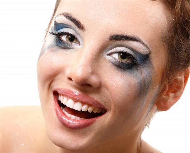 Geceden Kalan Makyaj!    Gece iyi temizlemediğiniz makyajınızın ertesi gün başınıza dert olabilir. Onun üzerine bir daha makyaj yapmak sizi güzel yerine daha kötü gösterir. Bu nedenle akşamdan makyajınız kalsa bile sabah iyice temizledikten sonra makyaj yapın.