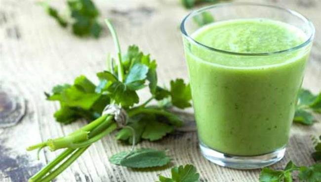 MAYDANOZ, BROKOLİ:    Zengin bir antioksidan olan C vitamini kolajen yapımında önemli bir rol oynuyor. Böylece deri altındaki bağ dokusunu güçlendiriyor. C vitamininden zengin olan brokoli, turunçgiller, maydanoz, yeşil biber ve karnabahar gibi sebze ve meyveler sofranızda bolca bulunsun. Örneğin, her sabah kahvaltıda bol miktarda maydanoz veya yeşil biber tüketebilirsiniz. Öğle ve akşam yemeklerinizde de C vitamininden zengin besinleri asla ihmal etmeyin.
