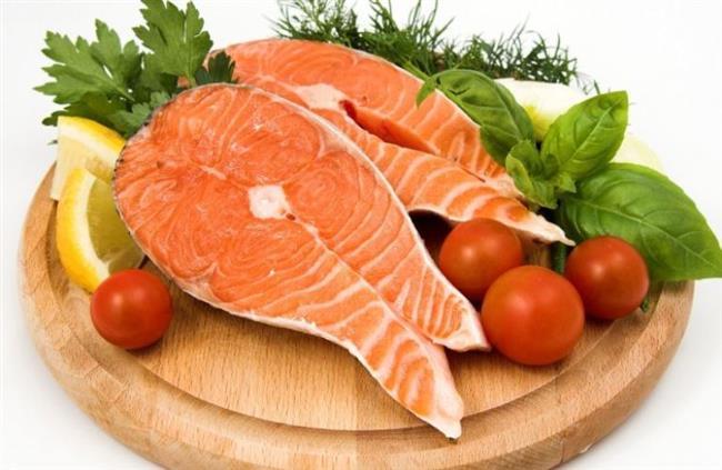 SOMON BALIĞI:    Somon gibi yağlı balıkta bolca bulunan Omega -3 damarları genişleterek kan akışının ve dolaşımının rahatlamasına katkıda bulunuyor. Haftada 2-3 gün balık tüketin.