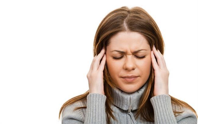 Nöroloji Bölümü Uzm. Dr. Bilge Bıyıklı, ansızın ortaya çıkıp hayatı dayanılmaz hale getirebilen migren hastalığı ve tedavisi hakkında bilgi verdi.  Şiddetli baş ağrısı, mide bulantısı ve aşırı gürültüden rahatsız olma gibi belirtilerle kendini gösteren migren, kişinin iş ve sosyal yaşamını ciddi boyutlarda aksatabiliyor. Atak geçiren kişi zaman zaman işine gidemiyor, planlı bir sosyal aktivitesi varsa iptal edebiliyor veya atak geldiği zaman tüm işlerini bir kenara bırakıp karanlık ve sessiz bir ortamda ağrının geçmesini bekliyor.