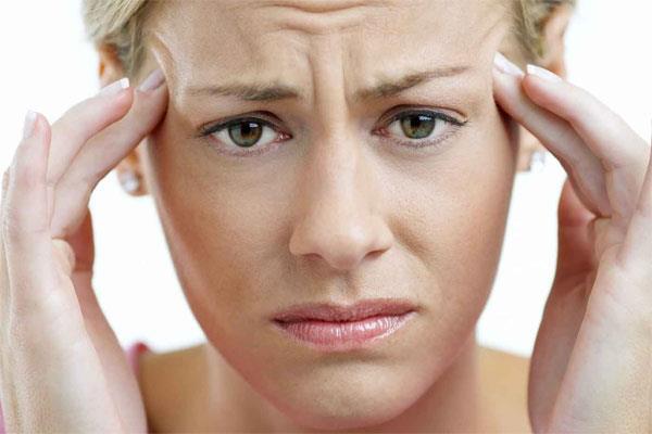 Stres migrenin en önemli nedenidir  Migren, ani bir stres olduğunda hemen başın ağrıması ya da ağrı sıklığının artması şeklinde gelişmektedir. Uykusuzluk ya da çok uyumak, uzun süreli açlık da tetikleyici sebepler arasında yer almaktadır. Adet dönemlerinde hormonal değişiklikten dolayı ağrılarda artış gözlenmektedir. Lodos esen havalar, sigara içmeyen biri için yoğun dumanlı ve yoğun ışıklı ortamda bulunmak, mayalı ve alkollü içecekler, deterjan kokuları, parfüm kokuları da migreni tetikleyen sebepler arasındadır.