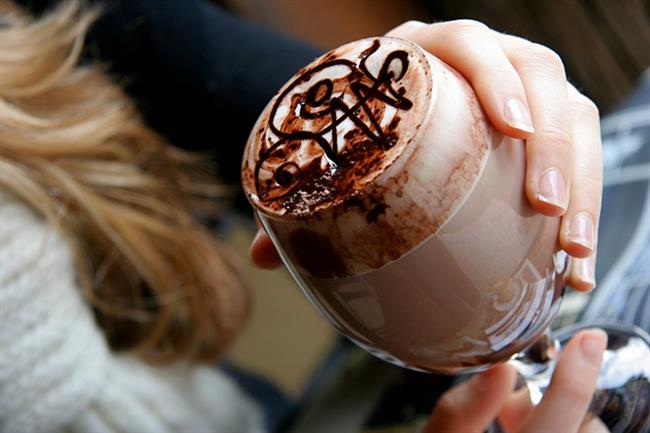 Sihirli Sıcak Çikolata   Hüzünlü öğleden sonralarında mükemmel bir dosttur sıcak çikolata. Sizi baştan aşağı rahatlatır, yapımı kolaydır, beş dakikada yapılır ve her şeyin ötesinde çok lezzetlidir.