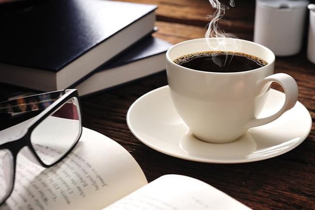 """Kahve Eşliğinde Kitap Okuyun    Hayatın bütün zorluklarını geride bırakmak için kendinize bir fincan sütlü kahve yapın. Battaniye altına girip güzel bir kitap okuyun. Özellikle, kısa hikayeler içeren """"Kahve kokulu hikayeler"""" kitabı, kış için size iyi gelecektir."""