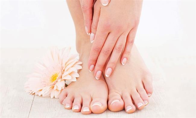 Topuk çatlağı genellikle  cildin aşırı kurumasıyla oluşur. Uzun süre topuklu ayakkabı giymek ve fazla kilolar da topuklar üzerindeki baskıyı arttırdığı için topuk çatlağına neden olabilir. Düzenli yapılan ayak bakımı ve nemlendirici kremler  topuk çatlaklarını geçirebilir.