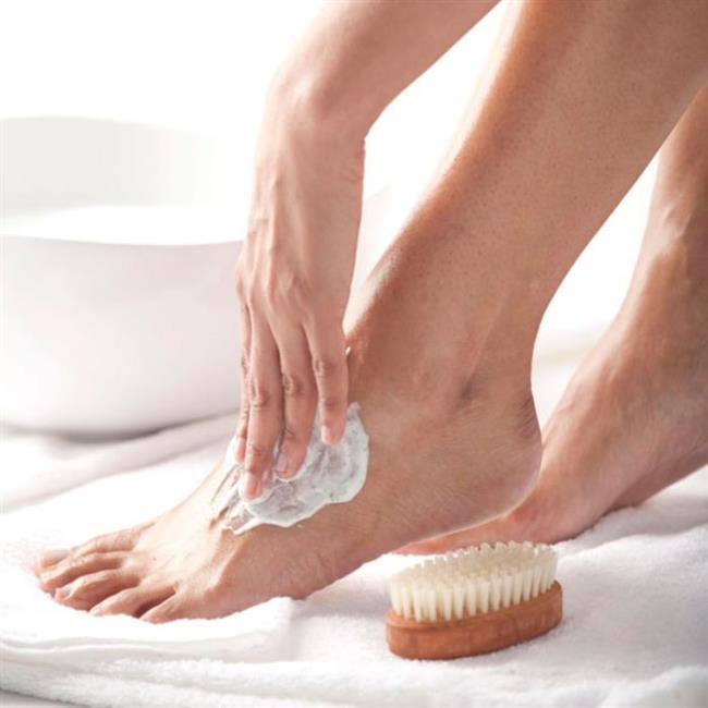 Vazelin  Eğer size uygun bir nemlendirici bulamadıysanız vazelin kullanabilirsiniz. Vazelin cildin üzerinde bir tabaka oluşturarak nemi içeri hapseder ve sertleşen, kuruyan topuklarınızı yumuşatır. Vazelini yatmadan önce sürüp pamuklu bir çorap giyerseniz topuklarınız sabaha daha yumuşak olacaktır.   Bakımlı Tırnaklara Kavuşmak Artık Çok Kolay!