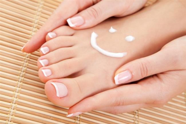 Nemlendirici Krem  Topuklarda oluşan çatlaklar yeterince derinleşirse ağrıya ve kanamaya neden olabilir. Bu yüzden çatlaklar ilerlemeden gerekli tedbirleri almalısınız. İlk yapmanız gereken iyi bir nemlendirici kozmetik krem almak. Duştan çıktıktan sonra ayaklarınız henüz nemliyken bu kremi topuklarınıza iyice yedirin ve cilde daha iyi nüfuz etmesi için pamuklu bir çorap giyin.