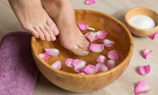 Gül Suyu ve Gliserin  Gül suyu ve gliserin karışımı topuklardaki çatlaklara iyi gelir. Gliserin cildi yumuşatır ve bu özelliği sebebiyle kozmetikte yaygın bir şekilde kullanılır. Gül suyu ise A, B3, C, D ve E Vitaminleri ekler. Tek yapmanız gereken yatağa gitmeden önce eşit miktarda gül suyu ve gliserini karıştırıp topuklarınıza ve ayaklarınıza sürmektir.