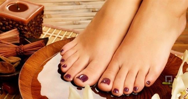 Su Dolu Leğen  Ayaklarınızı su dolu bir leğende yarım saat kadar bekletmek hem ayak kokusunu alacaktır hem de ayaklarınızı nemlendirecektir. Yalnız suyun çok sıcak olmamasına dikkat edin çünkü sıcak su cildin nemini azaltabilir. Ayaklarınızı sudan çıkardıktan sonra başta topuklar olmak üzere tüm ayağınıza nemlendirici krem sürebilirsiniz.