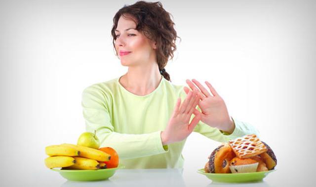 Saç köklerini güçlendirmek için dengeli ve düzenli beslenin.