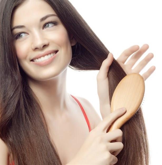Saçlarınızı nazikçe tarayın ve fırçalayın. Saçlara sert davranmak saç kaybını artıracaktır.