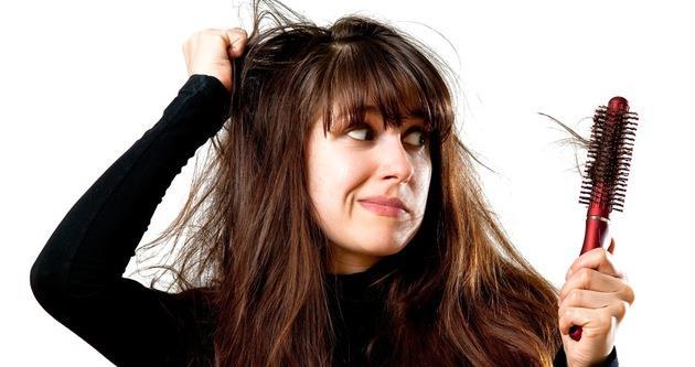 """Saçlarımız neden dökülüyor?    Saç dökülmelerinde aslında en önemli rolü hormonlarımız oynuyor. Kadınlarda östrojen hormonunun az, erkeklerde androjenin fazla salgılandığı durumlarda saçlı deride yağlanma ortaya çıkıyor. Yağ, ölü hücreler, kirler ve tozlar karışarak """"sebum"""" adını verdiğimiz bir sıvağ oluşturur. Normalde günde 50-100 tel saç dökülmesi olağan kabul edilebilir. Ancak folikül adını verdiğimiz saç kökleri sağlam kaldığı için, bu dökülenlerin yerine yeni saçlar çıkabilir. İşte bu sirkülasyon devam ederken yağ karışımı dökülen saç kökünün ağzını tıkar. Bu tıkacın üzeri zamanla tamamen örtülür ve beslenemeyen saç kökü ölür; bu saç kaybının başlangıcıdır."""