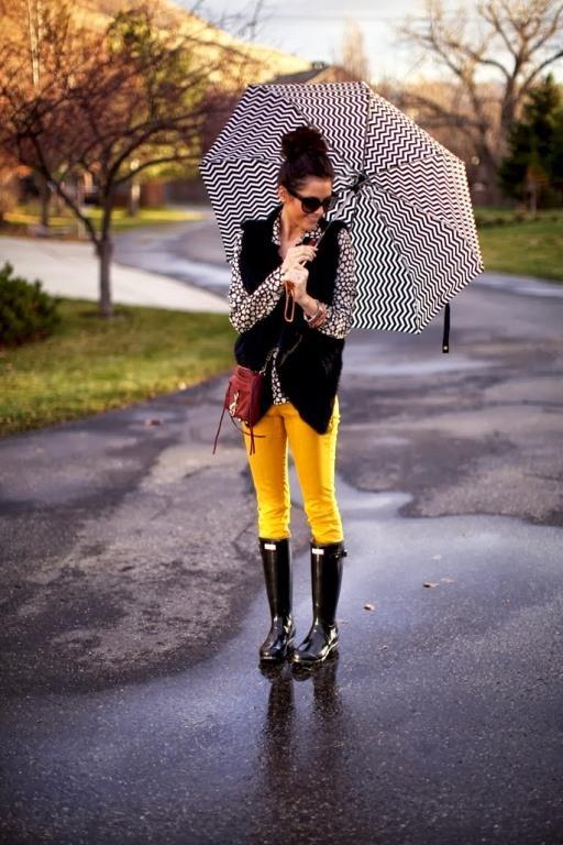 """Renkli pantalon ve yağmurluk çizmelerle muhteşem bir uyum yakalamanız mümkün.  <a href= http://mahmure.hurriyet.com.tr/foto/moda/yagmurlu-gunler-icin-kombin-onerileri_41152 style=""""color:red; font:bold 11pt arial; text-decoration:none;""""  target=""""_blank""""> Yağmurlu Günler İçin Kombin Önerileri"""