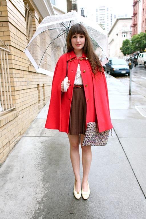 Etek,yağmurlu havalarda kullanılması akıllarda soru işareti oluştursada üstüne giyeceğiniz asil bir kabanla şık ve trend görünebilirsiniz.