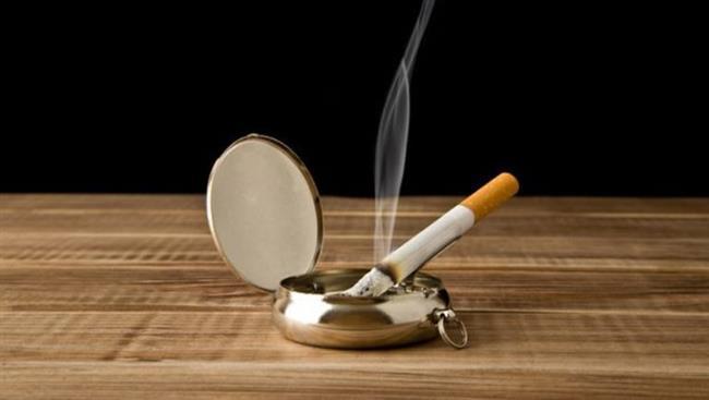 Sigara Kokuları:  Özellikle kalabalık bir toplantıdan sonra, odaya günlerce çıkmak bilmeyen sigara kokusu siner. Bu sigara kokusuna karşı, odanın bazı köşelerine ipe geçirdiğiniz ıslak bir sünger asın. Islak sünger tüm sigara kokusunu alacaktır   Bu Bilgileri Daha Önce Duymadınız!