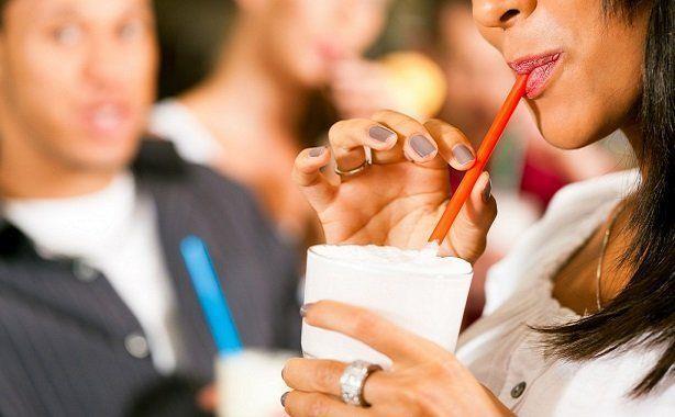Pipet kullanmak    İçecekleri pipetle tüketirken ağzınızı büzmeniz gerekir, bu da dudak çevresindeki bölgede kırışıklıklara yol açar. Sigara içerken de aynı ağız hareketi yapıldığından, aynı sorun ortaya çıkar. Bu yüzden bir şey içerken direkt olarak bardaktan içmeyi deneyin, sigara içinse en kısa zamanda bırakmayı! Uzun ve zorlu bir süreç olacağı kesin, ancak etkileri inanılmaz olacak.