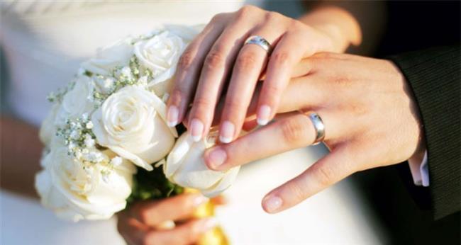 İkizler Burcu:  Evlilik için tam anlamıyla ideal insan tipidir diyemeyiz ancak evlilik fikrine çok da soğuk bakmazlar. Ruh eşlerini bulduklarına emin oldukları an evlilik kararı alabilirler. İkizler burcu insanı için ideal evlilik yaşı 28 ve sonrasıdır. Ruh eşini bulup, sevgisinin gerçekliğine inandıktan sonra o kişiyle dünyaevine girebilir.