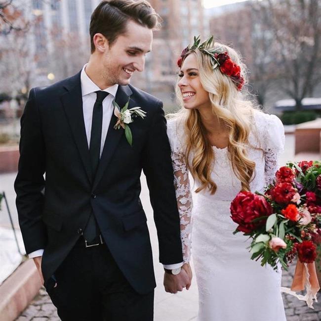Yengeç Burcu:   Yengeç burcu insanları ideal evlilik insanıdır. Mutlu ve düzenli bir aile hayatı onların hayattaki idealleri arasında. Sadık, güven veren, çocuklarına ve ailesine karşı fazlasıyla bağlıdır. Yengeç burcu romantik yapısı ve aşık tavırları ile eşini çok mutlu eder. Romantik bir kır düğünü, sevdikleriyle birlikte rüya bir gün hayal eder. Yengeçler için ideal evlilik yaşı 25'den sonrasıdır. Kendilerini evliliğe hazır hissettikleri an dünya evine girebilirler.