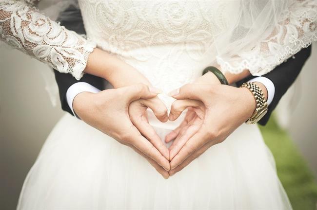Terazi Burcu:  Terazi burcu gözü kör bir aşıktır. Ancak kararsız teraziler için evlilik kararını vermek zor olabilir. Karşısındakine güvenmesi gerekir. Güven onlar için aşktan çok daha önemlidir. Teraziler için evlilik ürkütücü değildir. Eğlenceli ve entellektüel Teraziler ruh eşlerini bulduklarına inandıkları an eğer o kişiye de tam bir güven duygusu içindelerse evlilik kararı alabilirler. Mutlu ve uzun bir evlilik hayatı Terazilere uzak değildir. Onlar için ideal evlilik yaşı 25 yaş ve sonrasıdır.