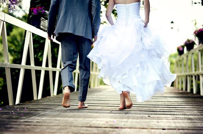 Oğlak Burcu:  Oğlaklar için evlilik çocuk oyuncağı değildir. Her konuda olduğu gibi evlilik konusunda da ciddiyet ve disiplini öncelik olarak alır. Oğlaklar için bu kararı almak zordur ancak evlenmeye karar verdiği kişiye de çok aşık demektir. Belli kuralları olan bu burç insanı evlilik konusunda da kuralcı ve detaycı davranacaktır. Mükemmele ulaşmayı isteyen, karşısındakini de bu konuda sürekli sınava tabi tutan bu burç insanı ile evlenmeye karar vermeden ne kadar anlaştığınızı iyice düşünün. Mantıklı Oğlaklar mantık evliliğine de yönelebilirler. İdeal evlilik yaşları 28 ve sonrasıdır.