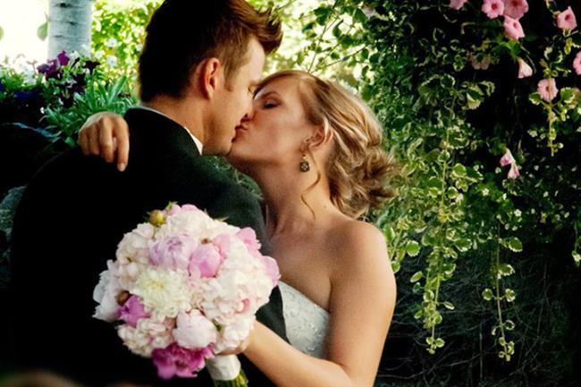 Akrep Burcu:  Akrep burcu tutkulu bir aşıktır. Özgürlüğü sevdiği kadar aşkının peşinden gitme arzusu da yüksektir. Eğer onu evliliğe ikna etmeyi başarabilirseniz çok mutlu bir evlilik hayatı yaşayacaksınız demektir. Sizi her konuda destekleyen, şefkatli, tutkulu bir eş olur. Onun için ten uyumu çok önem taşır. Karşısındaki tarafından anlaşılmak ister. Güven onlar için çok önemlidir. Eğer eşine karşı güven duymazsa fazla baskıcı ve kıskanç bir tutum sergileyebilir. Akrepler için ideal evlilik yaşı 25 ve sonrasıdır. Güven duyup aşık olduğu kişiyle bir ömür geçirebilir.