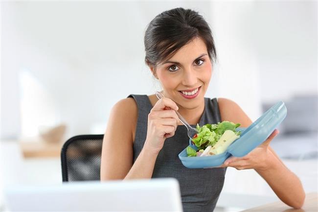 Yemek kapları edinin  Çocuklarınız için hazırladığınız beslenme çantalarından birer tane de kendiniz için hazırlamak gün içerisinde daha sağlıklı beslenmenizi sağlar. Daha hafif ve taşınmasının kolay olması bakımından kullanışlı ara öğün kapları günün kurtarıcısı olabilir. Ancak ağırlık sadece bedeniniz için bir yük ise cam kavanozları da kullanabilirsiniz. Salatalarınızı cam bir kavanoza kat kat olacak şekilde hazırlayarak sağlıklı bir tercih yapmış olursunuz.