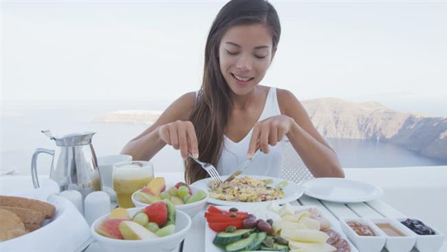 """Kahvaltı çok önemli  Ana öğünlerin en önemlisinin ise şüphesiz kahvaltı olduğunun altını çizen Uzm. Dyt. Barış, """"Kahvaltı öğününde proteine yer vererek uzun süre tok kalabilirsiniz. Poğaça, simit, börek tüketimi yerine tam buğday ekmeği, peynir, yumurta, mevsim yeşillikleri ile hazırlayacağınız kahvaltı güne aktif başlamanızda en büyük etken."""