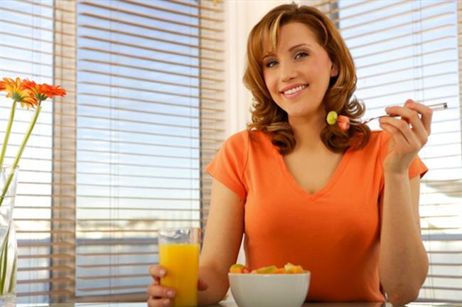 Kesinlikle öğün atlamayın  Doğru bir beslenme planı hazırlarken ofis ortamında çalışanlar öncekille öğün atlamamalıdırlar. Günün en önemli öğünü şüphesiz ki kahvaltıdır. Ancak diğer öğünler de en az kahvaltı kadar değer taşıyor. Öğlen öğünlerinde çorba tüketimi ile açlık bastırılmalı ve ardından kızartma besinler yerine ızgara-haşlama veya fırında et, tavuk, balık, hindi, az yağ ile pişmiş zeytinyağlılar tercih edilebilir. Yoğurt-ayran ile ise öğün için vazgeçilmez tamamlayıcılardır. Bol salata tüketmek ise posa içeriğinin yüksek olması nedeniyle uzun süre tok tutacağından mutlaka tercih edilmelidir.