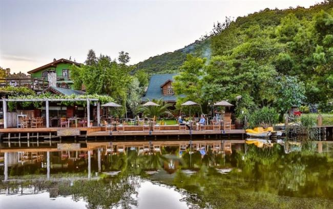 Ağva  Gelin Kayası, Kilimli Koyu ve Saklı Göl gibi yerler de yakınlardaki turistik yerler.doğal alanları olan yerlerdir.Çeşit çeşit kamp ve restaurant alanı bulunan Ağva'da güzel bir gün geçirmeniz mümkün.