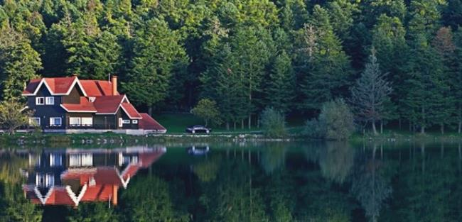 Abant  Göl kenarı oluşu sizi korkutmasın,kamp alanları mevcuttur. Gölü çevreleyen asfalt yol gezinti amacıyla kullanılır. Dört adet günübirlik pinkik alanı yer alır. Samat yaylası yakınlarında günde 330 çadırın kullanabileceği kamp alanı bulunur.