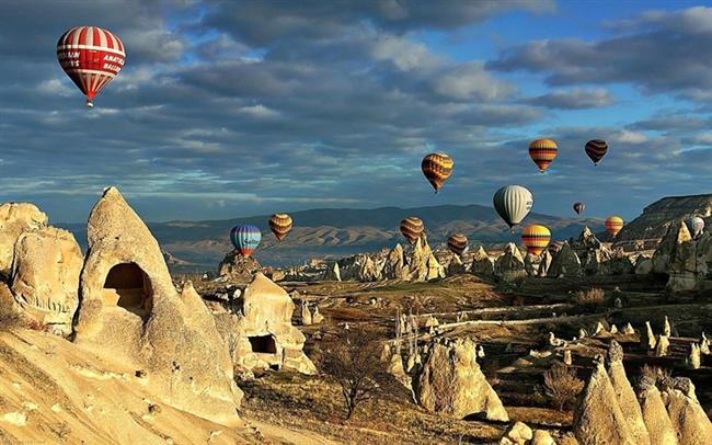 Kapadokya  Kapadokya bölgesi, doğa ve tarihin bütünleştiği bir yerdir. Coğrafi olaylar Peribacaları'nı oluştururken, tarihi süreçte, insanlar da bu peribacalarının içlerine evler, kiliseler ve manastırlar oymuş bunları fresklerle süsleyerek binlerce yıllık medeniyetlerin izlerini günümüze taşımıştır.