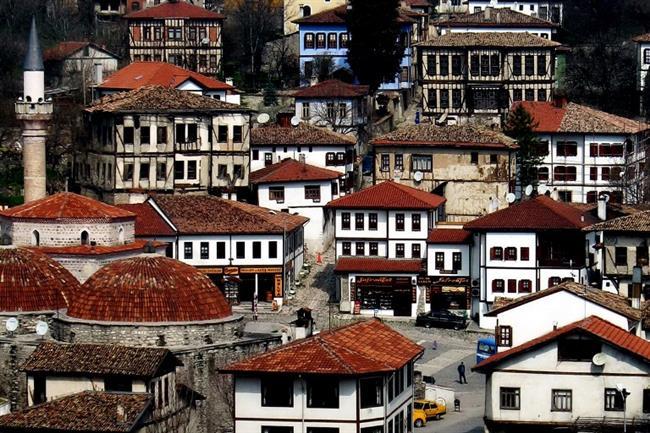 Safranbolu  Ev örneklerine, Beypazarı, Göynük, Taraklı, Odunpazarı ve Osmaneli gibi Türkiye'nin birçok yerinde rastlanan Klasik Osmanlı kent mimarisini yansıtan tarihî Safranbolu evleri ile ünlü olan şehir, bu özelliği sayesinde 17 Aralık 1994 tarihinden beri Türkiye'de Dünya Miras Listesi'nde yer alan 9 kültürel varlıktan biridir ve turistik ilgi çekmektedir.Safranbolu ismini, bölgede yetişen ve nadir bir bitki olan safrandan alır.
