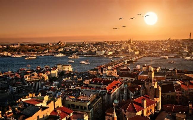 Tarihi İstanbul Yarımada Gezisi  Bölgenin tarihî yarımada olarak adlandırılmasının nedeni İstanbul'un en eski yerleşim yeri olmasının yanı sıra, içinde bulundurduğu sayısız tarihî eserdir. Bizans ve Osmanlı dönemlerinden kalma onlarca saray, cami, kilise, çeşme, dikiltaş ve konut tarihî yarımadanın simgeleridir.Tarihi İstanbul Yarımada gezisi size tarihin en önemli merkezlerinde geçmiş dönemleri yaşatacaktır.