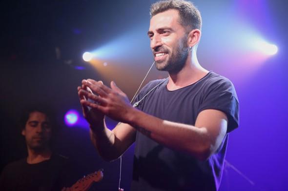 """Güldür Güldür Show'la her hafta ekrana gelen Erdem Yener, müzik hayatına da kaldığı yerden devam ediyor. Yener, üç buçuk yıl aranın ardından ikinci albümü """"Çıplak""""ı beğeniye sundu. Önceki gece garajistanbul sahnesinde lansmanı gerçekleşen albüm, dinleyicilerden tam not aldı.  Kaynak: Hürriyet"""